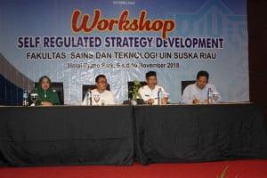 Dari samping kiri, Wakil Dekan III FST, Wakil Dekan I FST, Dekan FST, dan instruktur dari Riau Trans Company.